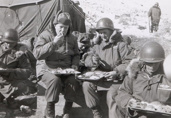 SHORT REST FOR SOME GRUB - KOREA 1952